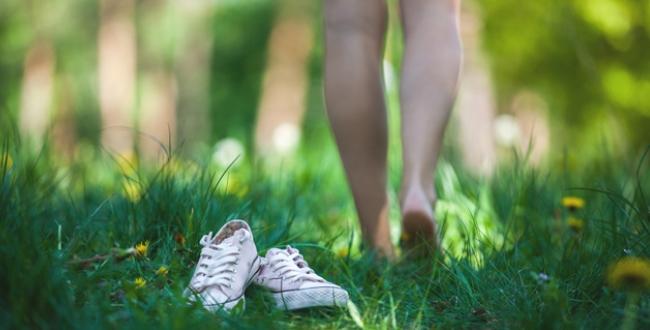 裸足で芝生の上を歩く